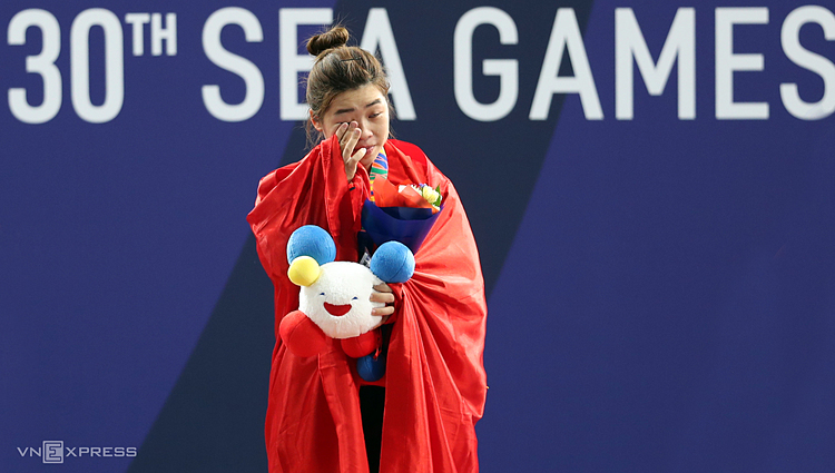 Hoang Thi Duyen continues to cry after receiving the gold medal in womens 59 kg weightlifting on December 3, 2019. Photo by VnExpress/Duc Dong.