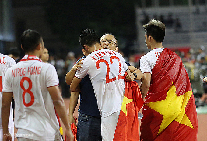 Coach Park Hang-seo hug his players after the team won historic medal at the 30th SEA Games in the Philippines, December 10, 2019. Photo by VnExpress/Duc Dong.