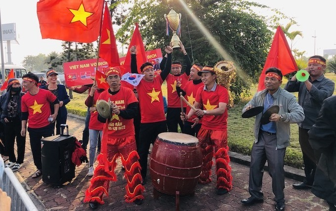 Fans gathered near Noi Bai International Airport in Hanoi to welcome back SEA Games athletes on December 11, 2019. Photo by VnExpress/Ngoc Thanh.