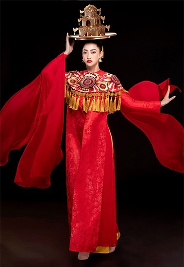 Thuy Linh has chosen a dress designed by Thuy Nguyen to perform her golden tray dance. Photo by VnExpress/Le Thien Vien.