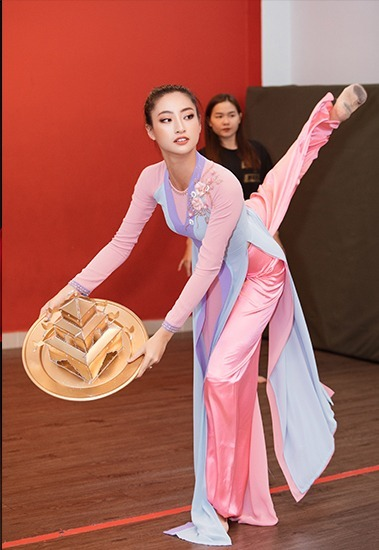 Thuy Linh practices her golden tray dance before going to England for the Miss World competition. Photo by VnExpress/Le Thien Vien.
