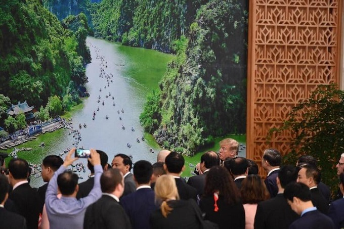 U.S. President Donald Trump admires a picture of the Trang An landscape complex that Prime Minister Nguyen Xuan Phuc shows to him at the Government Office on February 27, 2019. Photo by VnExpress/Ngoc Thanh.