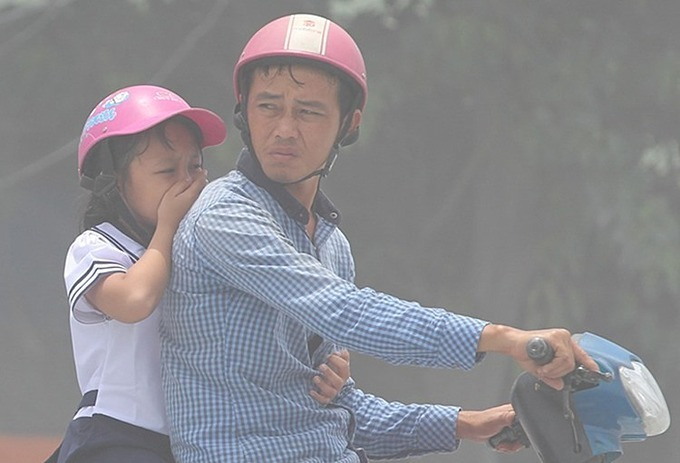 Citizens struggle to breathe in polluted air in HCMC. Photo by VnExpress/Duy Tran.