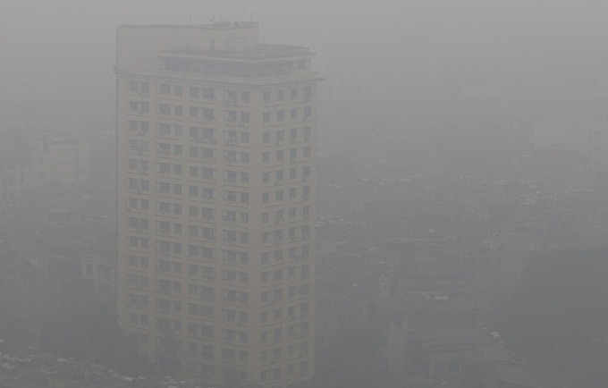 High-rise buildings in Hanoi wear a hazy look.Monitoring results of the meteorological agency show that many areas have limited visibility. In Ha Dong District, vision is less than 100m and Ha Nam area is less than 200m.