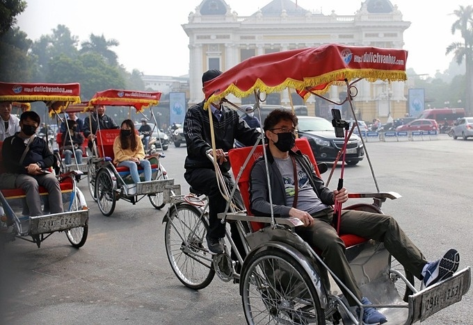 Worsening air pollution forces many foreign tourists to wear masks to protect their health while taking cyclo rides in the capital.  The Vietnam Environment Administration said that Hanoi and other parts of the north region are in the dry season and a period of seasonal transition when air pollution is usually at its highest level of the year.