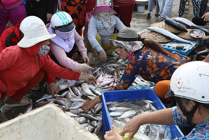 Most sellers in the market are families of fishermen and traders in the area. When buying at Nai market, customers do not have to bargain because merchants are friendly with locals and tourist and sell at a very reasonable price.