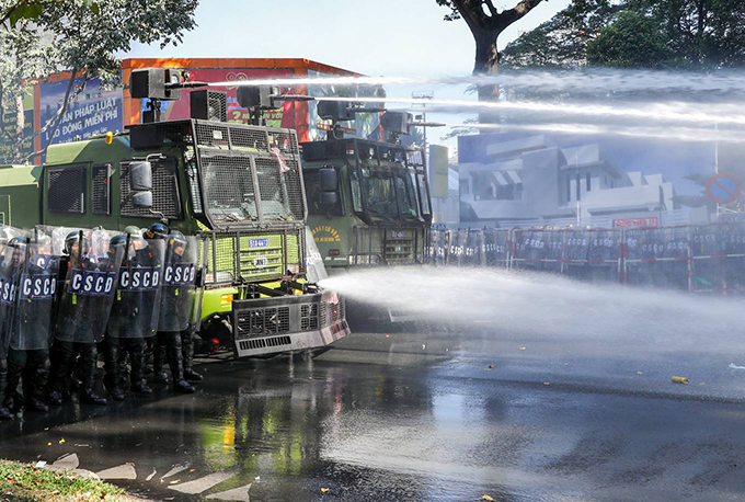 Within a radius of nearly one km 2, the roads of Hai Ba Trung - Nguyen Dinh Chieu - Nam Ky Khoi Nghia - Nguyen Du - Pham Ngoc Thach and Le Duan (District 1 and 3) are all sealed off. Security forces sprayed water cannons dispersed the crowd. The sound of explosions, gunfire, tear gas ... made the air urgent.