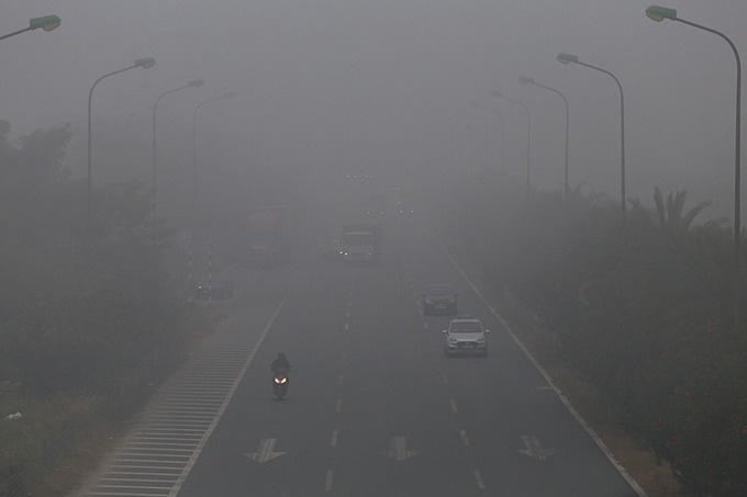 Haze reduces visibility of drivers on the Thang Long Highway, urging them to turn on headlights at 7:30 a.m. December 14, 2019. Photo by VnExrpress.