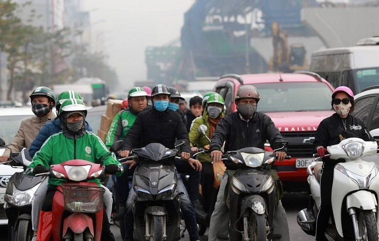 Motorbike drivers wear protective masks at a red light in Hanoi, December 14, 2019. Photo by VnExpress/Gia Chinh.