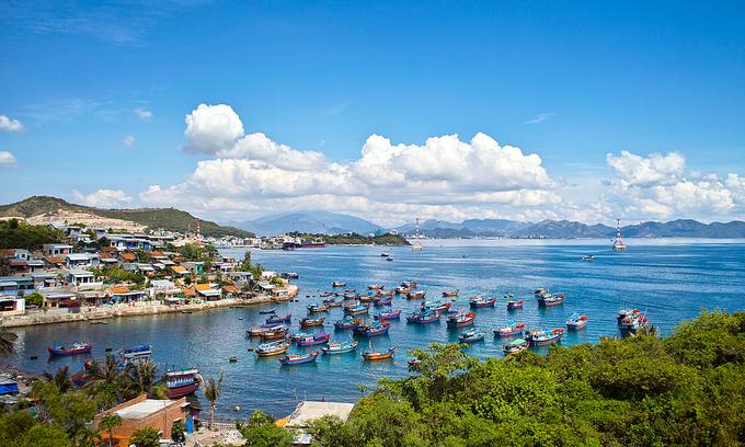 More S. Korean carriers descend on central Vietnam seaside