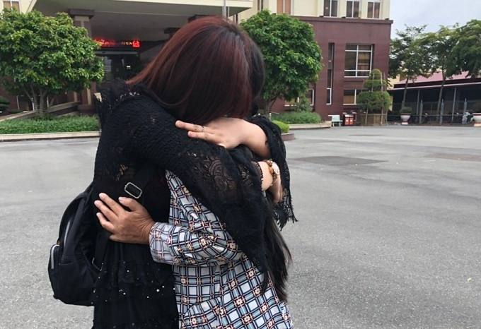 Son (L) hugs her mother as she returns to her hometown in Bac Lieu Province, July 30, 2019. Photo courtesy of Blue Dragon.