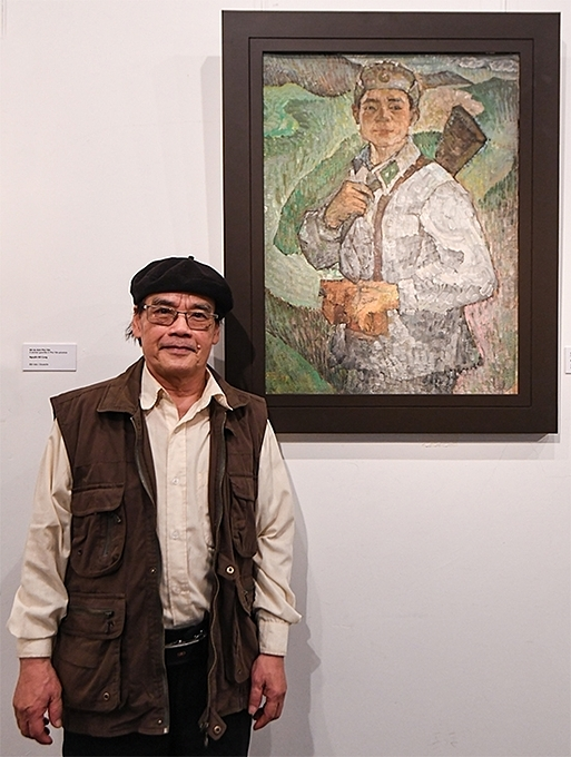 [Painter Giang Khich, who used to serve in the army stands next to a self-portrait called 20. The author said he painted himself to portray the typical image of border guards who dedicated their youth to protecting sovereignty.