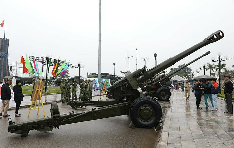 The towed Howitzer gun 152-D20 has a 17,400-m range, firing at 655 mps speed and is one of the strong cannons in the Vietnamese army. It has participated in many battles to protect Vietnamese borders during times of war.