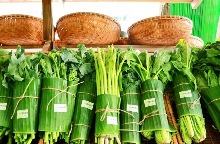 Vegetables are wrapped in banana leaves at a store in Binh Thanh District, Ho Chi Minh City. Photo by VTCNews.
