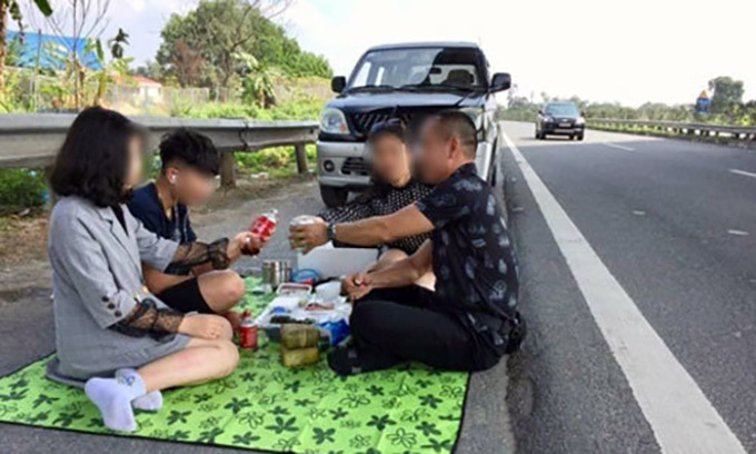 A Facebook photo shows a family having a Tet meal on the Noi Bai - Lao Cai expressway.