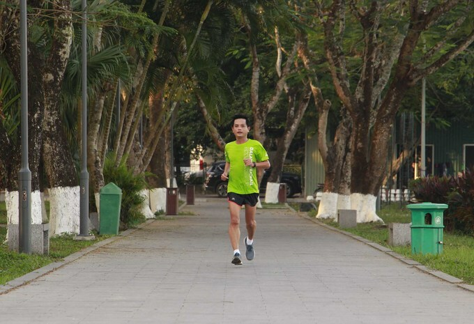 Bui Xuan Hoa is also preparing for VM 2020 by taking a run every day. Hoa and 130 members in his group will participate in the tournament in April. Last year, he also took part in the VM 2019 held in beach town Quy Nhon. Besides Truong Tien Bridge, the marathon course this year also has many beautiful scenes along the way. I like running across the river bank and past the historical sites in Hue. It keeps me motivated to run a full course at this year's tournament, Hoa said.