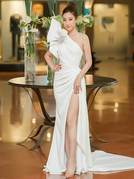 Miss Vietnam 2016, Do My Linh, embraces the trend of sexiness with a white asymmetrical design. Photo by Facebook/Do My Linh.