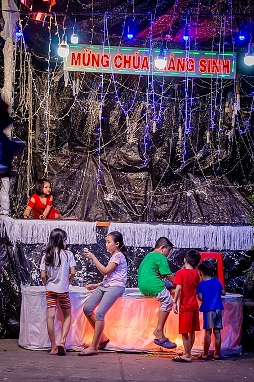 A Bethlehem cave erected on Pham The Hien becomes a hangout spot for kids at night. This is one of famous Christian neighborhoods in Saigon.
