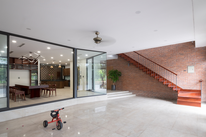 According to the architect, the house levels for specific purposes are randomly connected at different staircase positions so as to create and maintain a fresh journey of experience with interesting views and non-repeatable images.