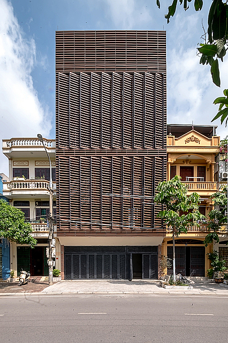 This 5-storey house is home of a four-generation family. The front facade has two large door systems with 20 doors of 6.6m high and can be opened and closed by hand. Photo by Nguyen Tien Thanh.