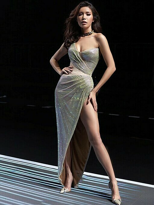 Model Minh Tu did not miss the chance to show off her legs in the newest design of Vietnamese leading designer Chung Thanh Phong. Photo by Facebook/Minh Tu.
