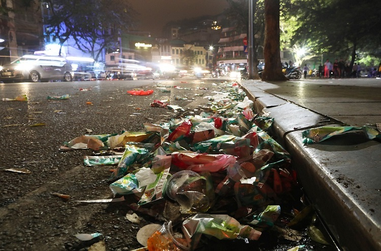 Garbage scatters along all routes leading to the St. Josephs Cathedral and the Sword Lake in the heart of Hanoi by Tuesday's midnight when almost all holiday goers have return home after their Christmas Eve's celebration.
