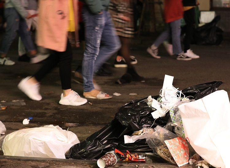 Nha Chung Street is decorated with all types of trash along its two sides. As people enjoy the festive atmosphere, tens of waste workers had operated nonstop at all downtown streets from midnight of Tuesday, especially at popular rendezvous around the Sword Lake.