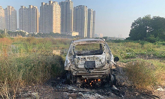 A 4-seat car of a South Korean woman is found burnt in a field in Saigons District 2, December 21, 2019. Photo by VnExpress/Xuan Chung.