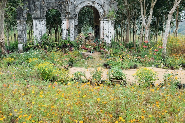 The vitality of flowers planted by locals underscores the solemn backdrop of the church, attractingmany devout visitors.