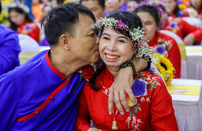 Im not disabled, and he has defects in his legs. The day I agreed to become his wife, all my family members opposed it. We just live together without ever having a wedding, said Nguyen Ngoc Le, 41 (R). Her husband is Nguyen Van Bay.