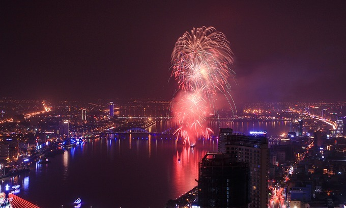 Da Nang rings in the new year 2018 with a fireworks party on Han River. Photo by VnExpress/Nguyen Dong.