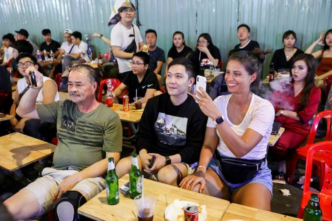 Foreign tourists drink beer at a streetside shop in HCMC. Photo by VnExpress/Quynh Tran.