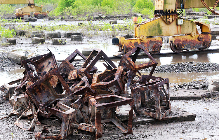A large number of unused equipment has been left on the grounds near the bank of Cai Lon River.