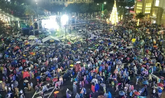 In Hue, there was heavy rains on New Years Eve. However, local residents still flock to downtown areas to participate in countdown events.
