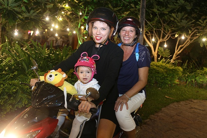 Two foreign tourists drove a little girl on a motorbike and took to the street to mingle with the crowds to welcome the New Year in Nha Trang, a popular beach resort town in the central province of Khanh Hoa.