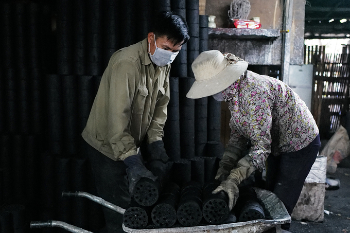 Working with charcoal every day, local workers use masks and gloves as personal protective equipment. Research by the Hanoi Environmental Protection Department found that the charcoal also generates dust, including PM2.5 dust and other emissions such as CO2, CO, SO2, and PAHs.In the past, when the selling was good, each of the facility hired 20 workers daily, now we have only 2-3 people, said Lieu. He added that they are struggling to find an alternative, in the worst case I will work as a motorbike taxi driver.