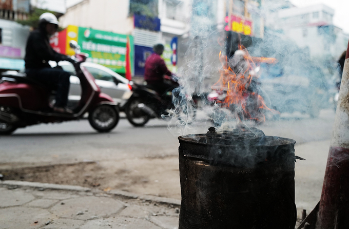 A local tea stall on the street of Nguyen Luong Bang uses charcoal pellets.