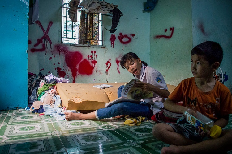 Her familys only property is a bare mattress. Photo by VnExpress/Tran Thanh.