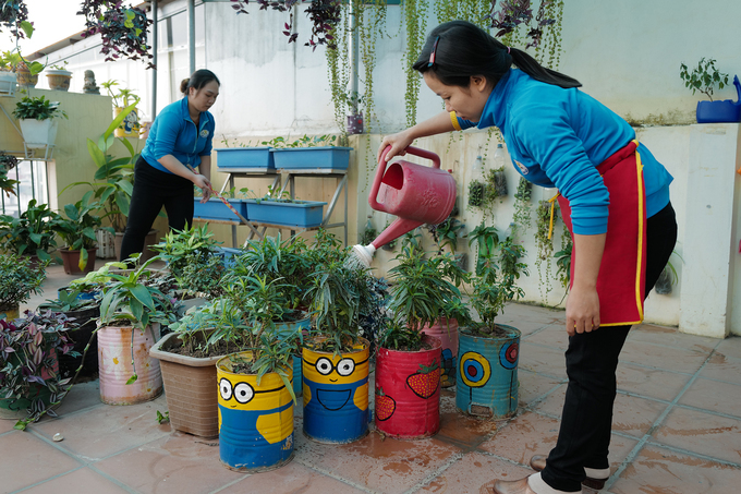 At a kindergarten in the central district of Hoan Kiem, charcoal stoves were used as gardening pots. Apart from decoration, these pots are used to teach children about environment protection, according to the teachers.