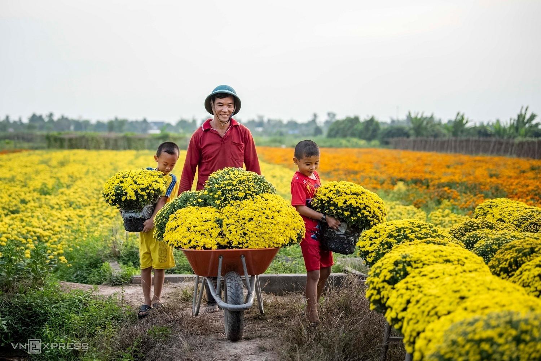 Century-old village blooms in photogenic splendor as Tet nears