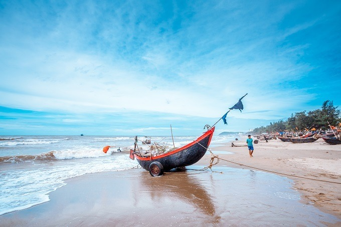 The Sam Son town boasts long beaches with strong waves, beautiful mountains including Truong Le, Trong Mai Islet, and the Doc Cuoc Temple. Photo by VnExpress/Le Hoang