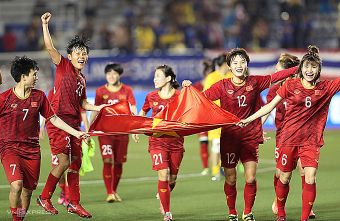 The womens team celebrates after winning the gold medal in SEA Games 30 on December 8, 2019. Photo by VnExpress/Duc Dong.