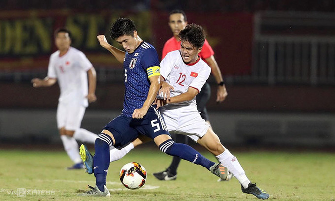 Two players trying to win the ball in the last game of AFC U19 qualifiers between Vietnam and Japan on November 10, 2019. Photo by VnExpress/Duc Dong.
