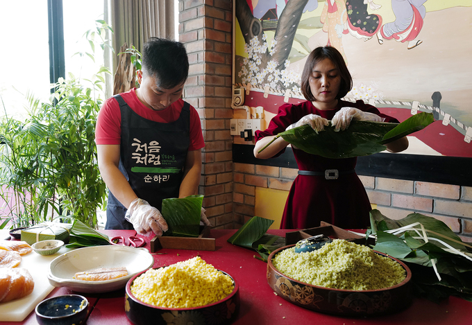 Grains of sticky rice are soaked in water overnight, while green beans are soaked in warm water.