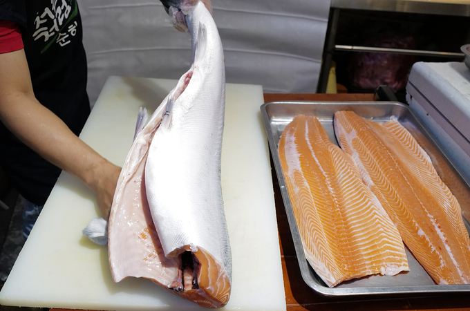 Salmons that weigh 10 kg and above are used to make the cake as their meat portions fit the molds.