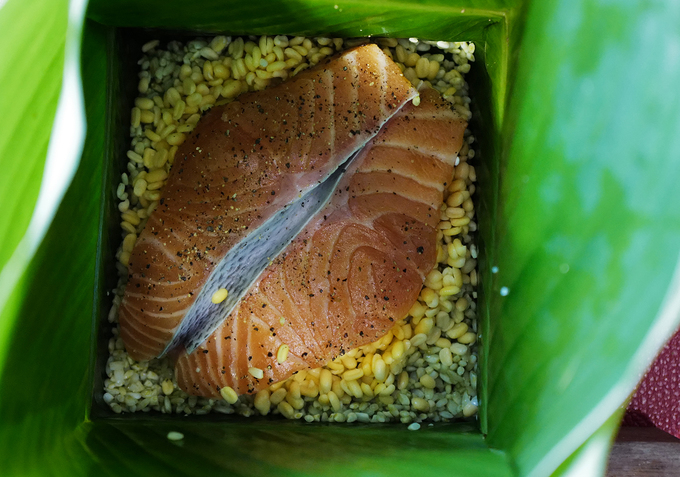 The salmons are cut into hand-sized pieces and sprinkled with spices and black pepper. The cakes, each weighing 800 gr, are boiled in 12 hours.