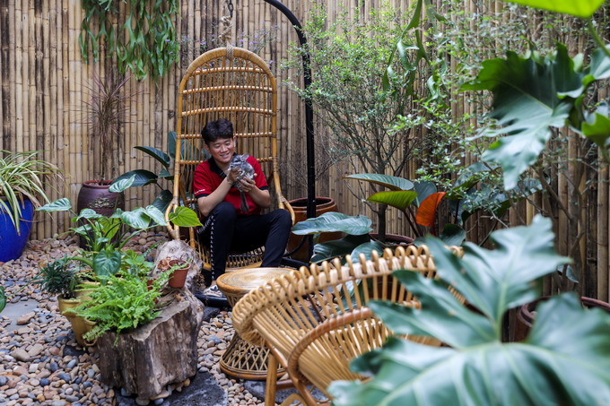 A private corner decorated with with gravels, plants and wooden seats that customers come and snap photos with pets.
