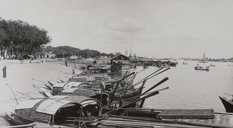 A port operated by local citizens by the Saigon River in 1896.