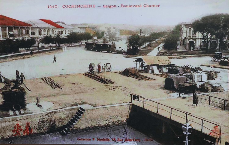 Nguyen Hue Boulevard in late 19th century. The entire street was a canal at first, built to lead water from the Saigon River into the city. In 1887, the French filled up the canal to create the boulevard.