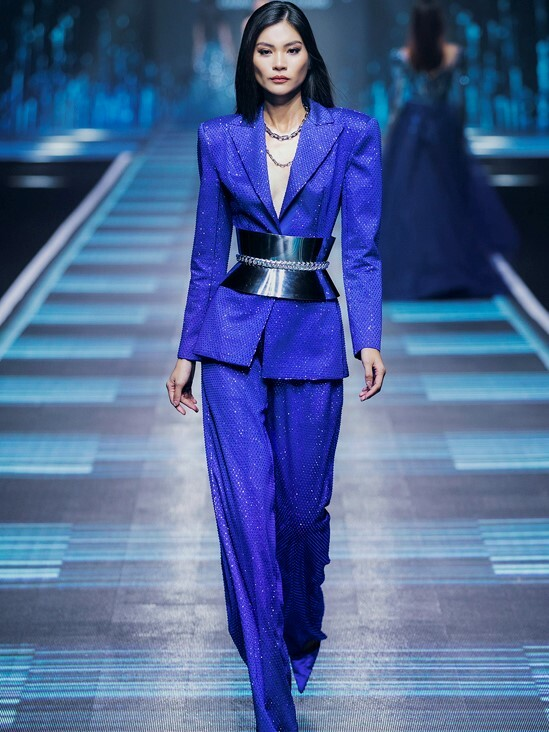 In his latest collection, Vietnamese leading designer Chung Thanh Phong quickly picked up the trend by adopting classic blue for his new outfits. In the photo, the model wears a menswear-inspired suit in the color of 2020 to show off her femininity and strength.